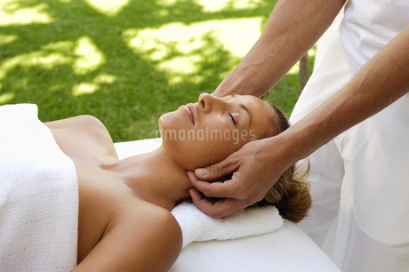Woman receiving facial massageの写真素材 [FYI02129712]