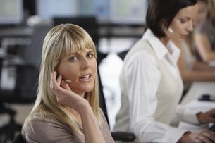 Businesswomen wearing headsetsの写真素材 [FYI02129720]