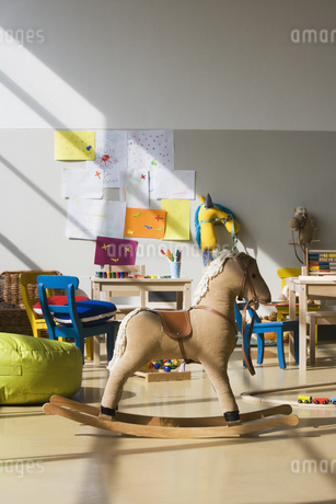 Rocking horse in preschool classroomの写真素材 [FYI02129734]