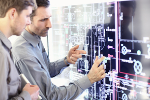 Architect explain plans to colleague in officeの写真素材 [FYI02129753]