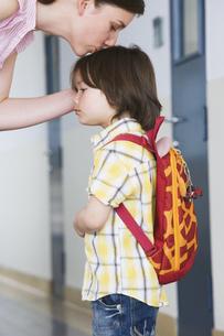 Mother kissing preschool son on headの写真素材 [FYI02129755]