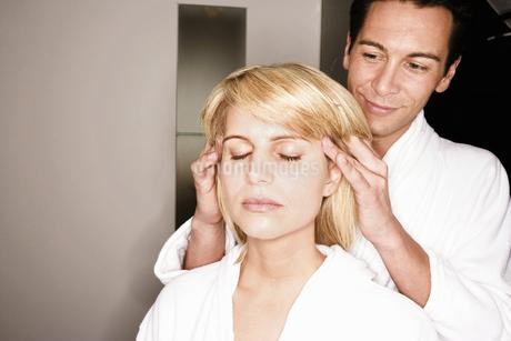 Man giving girlfriend head massageの写真素材 [FYI02129831]