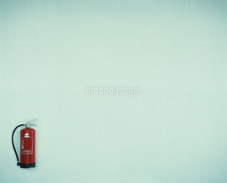 Fire extinguisher on wallの写真素材 [FYI02129881]
