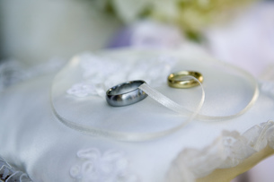 Wedding rings on pillowの写真素材 [FYI02129927]