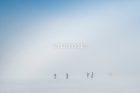 Friends on ice-skating rink while hiking in winterの写真素材 [FYI02130020]