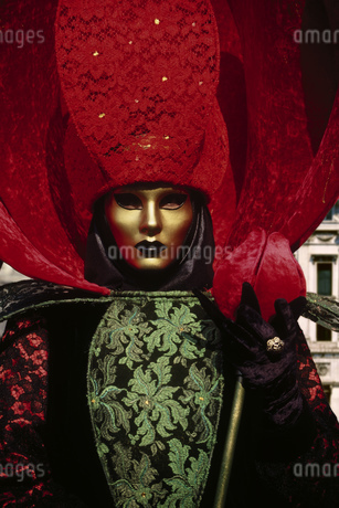 Costumed Carnival participant in Venice, Italyの写真素材 [FYI02130101]