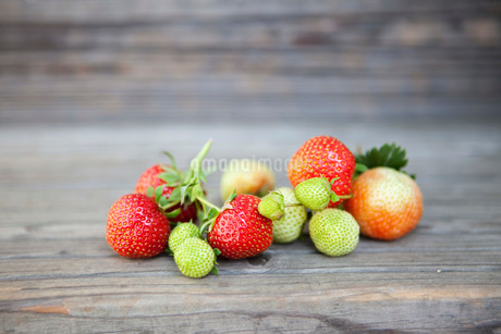 Bunch of raw and ripe strawberries on woodの写真素材 [FYI02130151]