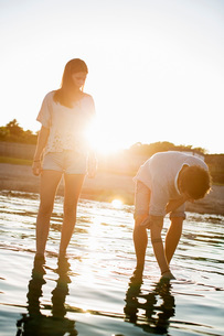 Young couple spending time together in water at beachの写真素材 [FYI02130158]