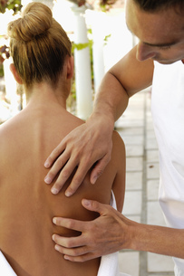 Woman receiving back massageの写真素材 [FYI02130185]