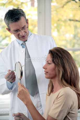 Plastic surgeon examining female patientの写真素材 [FYI02130289]