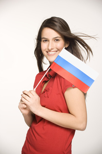 Young woman holding Russian flagの写真素材 [FYI02130328]