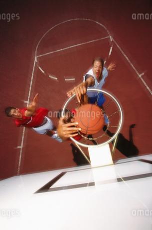 Men playing basketballの写真素材 [FYI02130336]