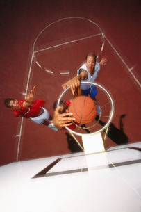 Men playing basketballの写真素材 [FYI02130336]