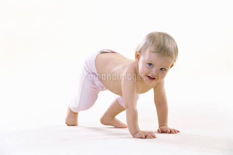 Baby trying to stand upの写真素材 [FYI02130364]