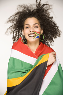 Young woman wrapped in South African flagの写真素材 [FYI02130426]