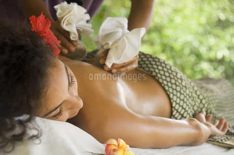 Young woman getting hot stone massageの写真素材 [FYI02130429]