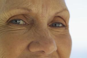 Close up of senior woman's eyes smilingの写真素材 [FYI02130527]