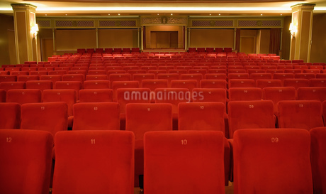 Seating in empty theaterの写真素材 [FYI02130528]