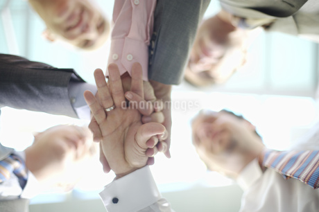 Businesspeople in huddleの写真素材 [FYI02130586]