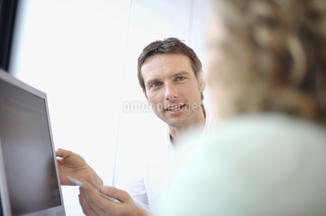 Male doctor talking to patientの写真素材 [FYI02130783]