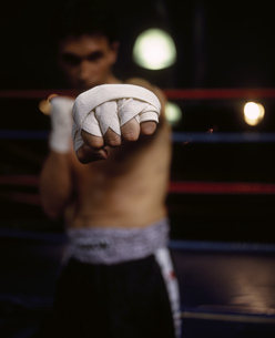 Portrait of a male boxer punching the cameraの写真素材 [FYI02130823]