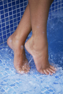 Close-up, woman's feet in a blue tiled showerの写真素材 [FYI02130825]