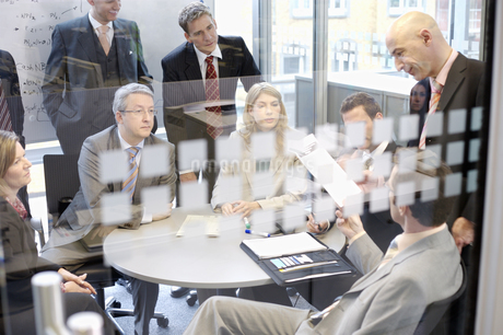 Businesspeople at meetingの写真素材 [FYI02130826]