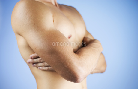 Portrait of a man with his arms crossedの写真素材 [FYI02130860]