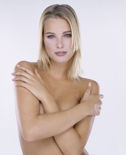 Portrait of young female nude with arms crossedの写真素材 [FYI02130887]