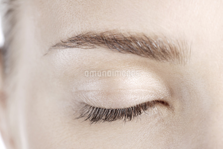 Close-up of young woman's eyelidの写真素材 [FYI02130909]
