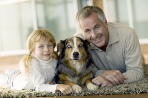 Grandfather and granddaughter with dogの写真素材 [FYI02130950]