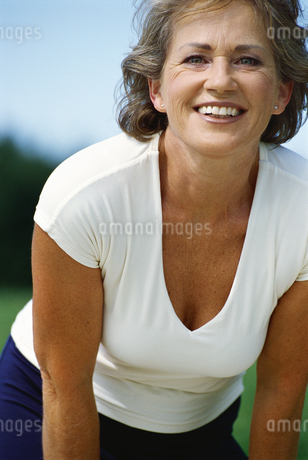 Outdoor portrait of middle-aged womanの写真素材 [FYI02130958]