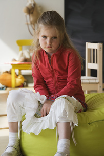 Angry preschool girl on beanbagの写真素材 [FYI02130981]