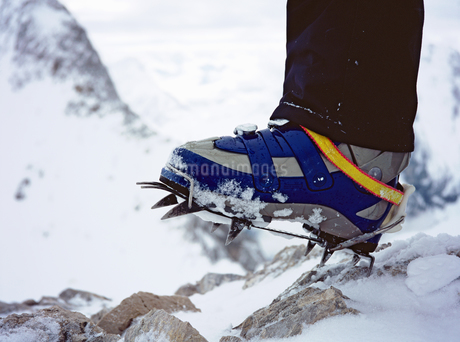 Close up of hiker's shoe with crampon on snowy mountainの写真素材 [FYI02131000]