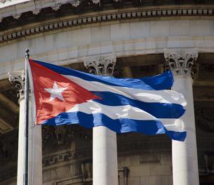 Capitol building and national flag, Havana, Cubaの写真素材 [FYI02131005]