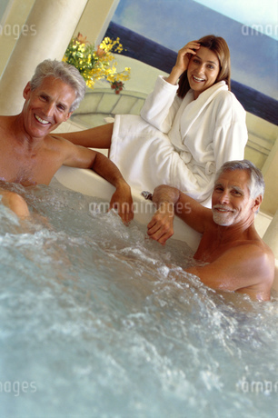 Mature men and woman in hot tubの写真素材 [FYI02131007]