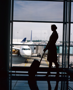 Female traveller in airportの写真素材 [FYI02131065]