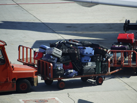 Baggage carts on airport tarmac, Tenerife, Canary Islands, Spainの写真素材 [FYI02131116]