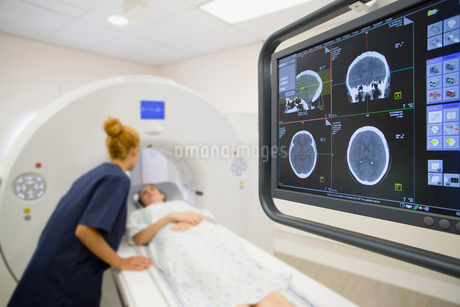 Hospital Radiographer With Female Patient Operating CT Scannerの写真素材 [FYI02131143]