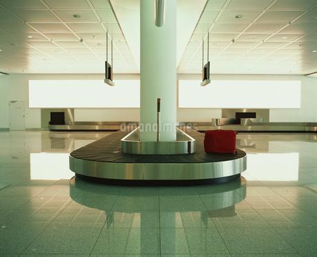 Suitcase on luggage carouselの写真素材 [FYI02131194]