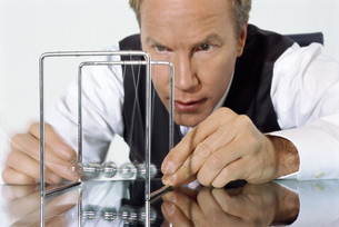 View of businessman playing with pendulumの写真素材 [FYI02131206]