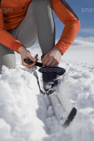 Man adjusting cross-country skiの写真素材 [FYI02131252]