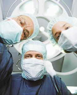 Underview, three surgeons staring downの写真素材 [FYI02131266]