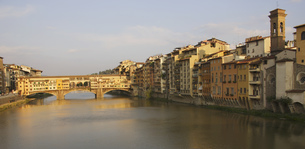 View to Ponte Vecchio in evening, Florence, Italyの写真素材 [FYI02131274]