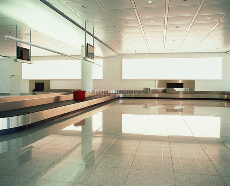 Luggage carousel in empty airportの写真素材 [FYI02131418]