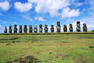 View of moai statues against blue sky, Chile, Easter Island (Rapa Nui)の写真素材 [FYI02131457]