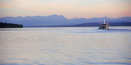 Paddlesteamer on Lake Ammersee near Diessen, Bavaria, Germanyの写真素材 [FYI02131492]