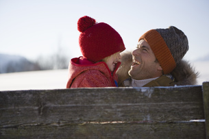 Father and girl laughing in snowの写真素材 [FYI02131577]