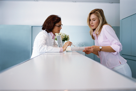 View of a surgeon and a doctor talkingの写真素材 [FYI02131586]