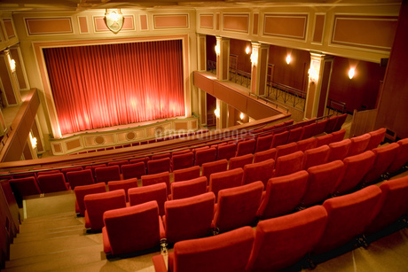 Balcony seating and stage in empty theaterの写真素材 [FYI02131616]